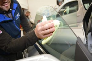 hand cleaning car window